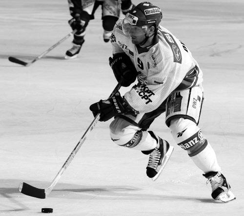 Foto: Waldemar Da Rin, Zuerich, 13.09.2002. - Eishockey NL A, ZSC Lions - SC Rapperwil-Jona. - Mark Ouimet (Ka/CH) und Rappis Topscorer Daniel Giger.
